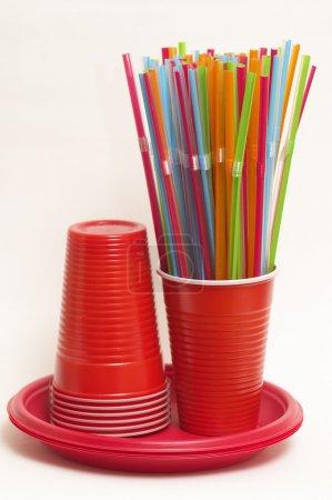 Photo pour Bout de plastique coloré, pile de tasses en plastique et des plaques - image libre de droit