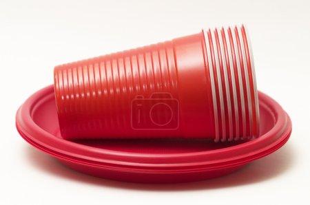 Photo pour Pile de tasses de plastique rouges sur assiettes jetables - image libre de droit