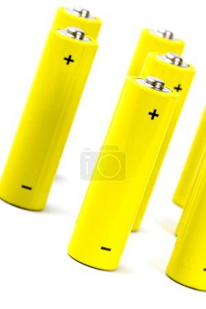 Photo pour Piles alcalines jaunes gros plan sur fond blanc - image libre de droit