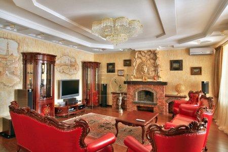 Photo pour Salon à l'intérieur dans un style classique, cher meubles couleurs or et rouge - image libre de droit