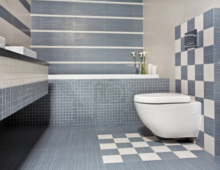 Photo pour Salle de bains moderne dans des tons bleu et gris avec toilette et mosaïque - image libre de droit