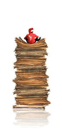 Photo pour Étudiant sur tas de papiers - image libre de droit