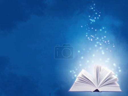 Photo pour Fond horizontal de couleur bleue avec livre magique - image libre de droit