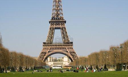 Foto de Día de primavera en París. relajarse en el champ de mars, cerca de la torre eiffel - Imagen libre de derechos