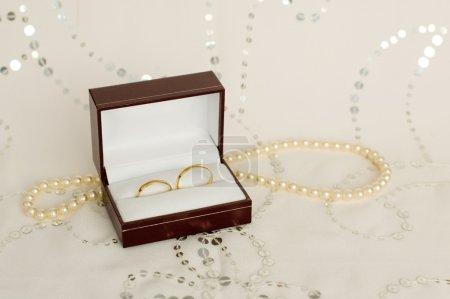 Foto de Dos anillos de boda oro con velo de novia - Imagen libre de derechos