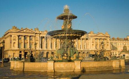 Photo pour Belle fontaine sur la place de la concorde à paris, france - image libre de droit