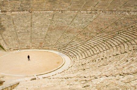 Turismo en el antiguo teatro de Epidauro