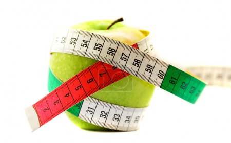 Photo pour Concept de régime. Pomme verte mûre avec ruban à mesurer - image libre de droit