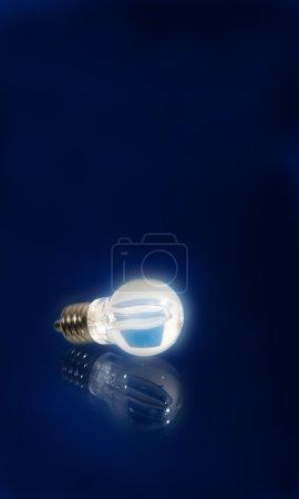 Photo pour Fond avec lampe sur bleu - image libre de droit