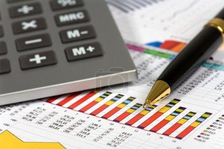 Photo pour Concept financier. calculatrice et stylo. - image libre de droit