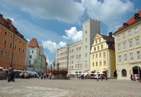 Photo pour Ratisbonne est la capitale de la région administrative bavaroise du Haut Palatinat. Le grand centre médiéval de la ville est un site du patrimoine mondial de l'UNESCO . - image libre de droit