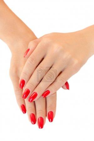 Photo pour Mains d'une jeune femme. vernis à ongles rouge - image libre de droit