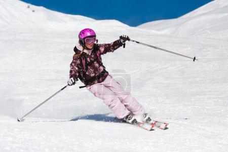 Photo pour Jeune femme ski rapide sur la pente. vacances d'hiver - image libre de droit