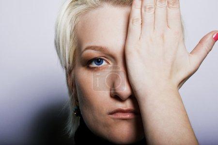Foto de Rostro de belleza mujer joven con la mano - Imagen libre de derechos