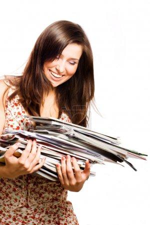 Photo pour Beauté jeune femme avec des magazines (isolé ) - image libre de droit