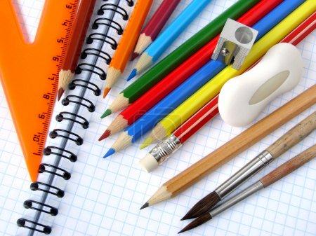 Photo pour Outils éducatifs fixés sur le fond du bloc-notes en spirale - image libre de droit