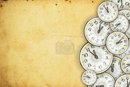 Photo pour Vieille horloge sur le vieux papier - image libre de droit