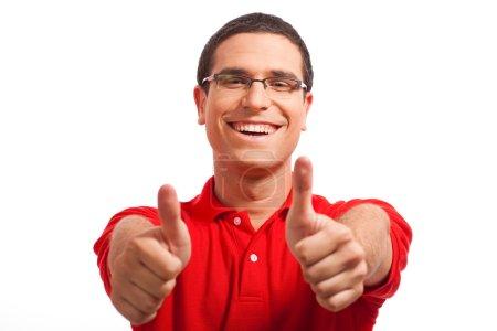 Photo pour Mains d'un jeune homme montrant des pouces vers le haut sur un fond blanc isolé - image libre de droit