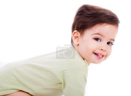 Photo pour Gros plan pose de caucasien bébé sourire avec des hauts verts en fond blanc - image libre de droit