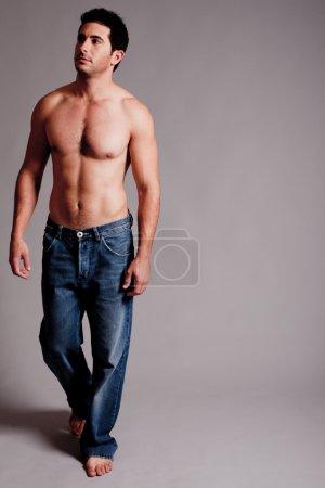 Photo pour Homme masculin seins nus regardant le coin droit, studio intérieur - image libre de droit