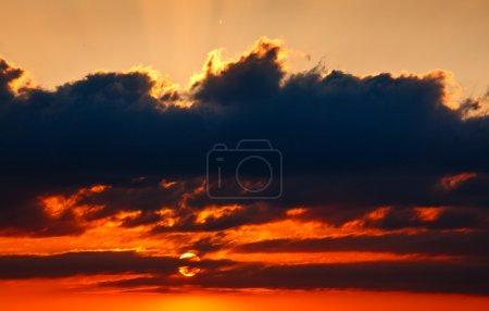 Photo pour Coucher de soleil ciel avec nuages - image libre de droit