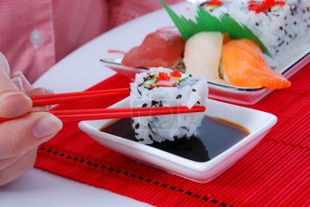 Photo pour Ensemble de rouleaux et sushis sur plusieurs assiettes - image libre de droit