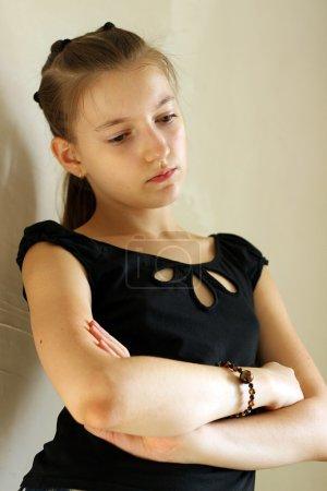 Photo pour Portrait de fille sur un fond un mur . - image libre de droit