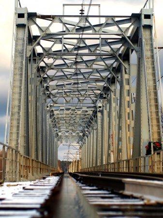 Foto de El puente del ferrocarril en el largo plazo. - Imagen libre de derechos