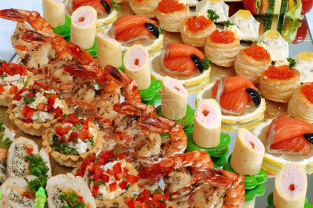 Photo pour Pose d'une table de buffet festive - image libre de droit