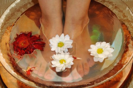Photo pour Massage des pieds et procédures d'eau - image libre de droit