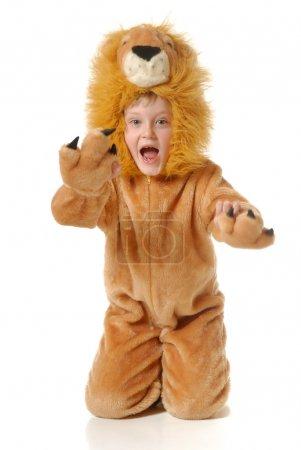 Photo pour Le garçon dans une robe fantaisie d'un lion sur un fond blanc - image libre de droit
