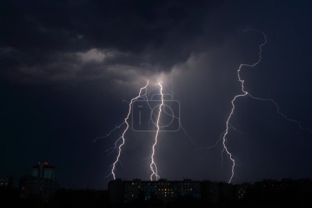 Foto de Un rayo de una tormenta eléctrica, todas las noches cielo nublado, fondo - Imagen libre de derechos