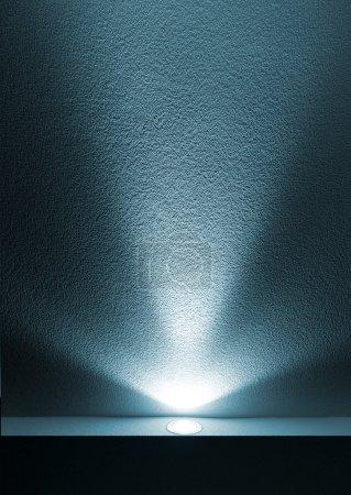 Photo pour Faisceau de lumière bleue du projecteur sur fond noir - image libre de droit