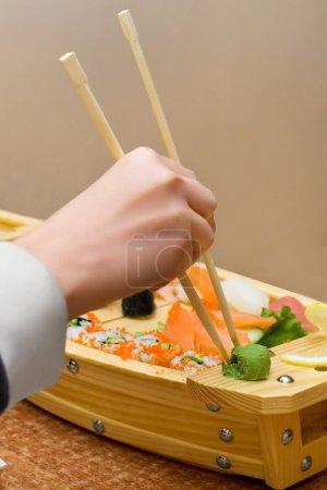 Foto de Mano de mujer tomar un poco de wasabi - Imagen libre de derechos