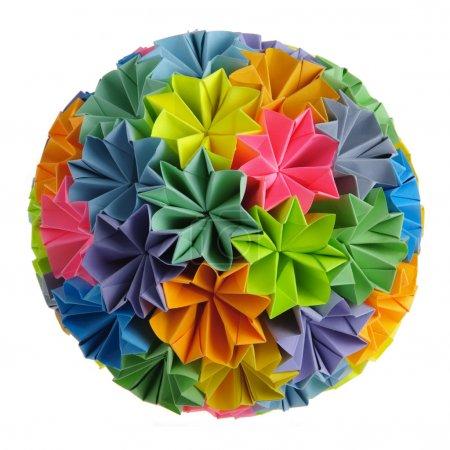 Foto de Colorfull origami kusudama de arco iris flores aisladas en blanco - Imagen libre de derechos
