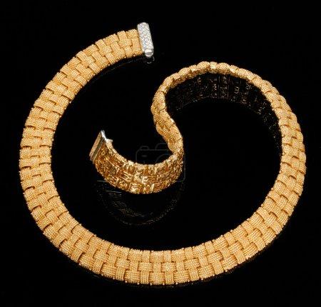 Photo pour Bracelet or avec diamants sur fond noir - image libre de droit