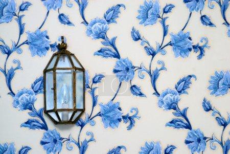 Foto de Lámpara decorativa en vintage wallpaper - Imagen libre de derechos