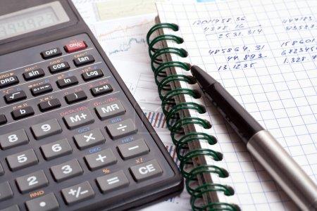 Photo pour États financiers avec calculatrice et stylo - image libre de droit
