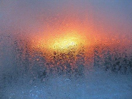Photo pour Gouttes d'eau naturelles et soleil sur verre de fenêtre - image libre de droit