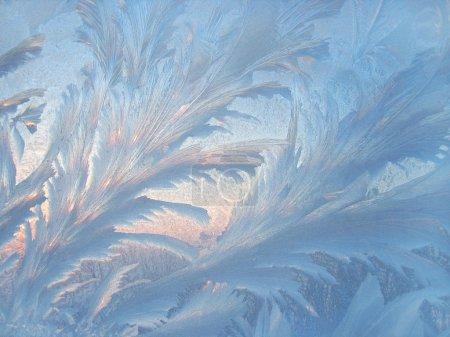 Photo pour Froid et lumière du soleil sur les vitres d'hiver - image libre de droit