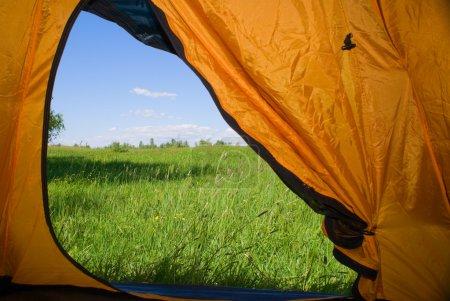 Photo pour Genre de tente sur la pelouse avec l'herbe verte et ciel bleu - image libre de droit