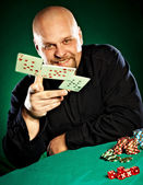 hombre con una barba juega al póquer