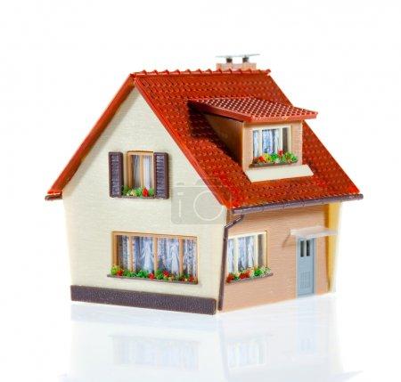 Photo pour Petite maison sur le blanc - image libre de droit