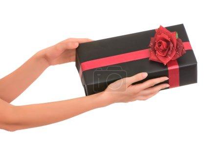 Foto de Mujer dando un regalo en la caja negra con rosa roja - Imagen libre de derechos