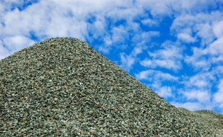 Photo pour Énorme pile de pierre cassée sur le ciel bleu - image libre de droit