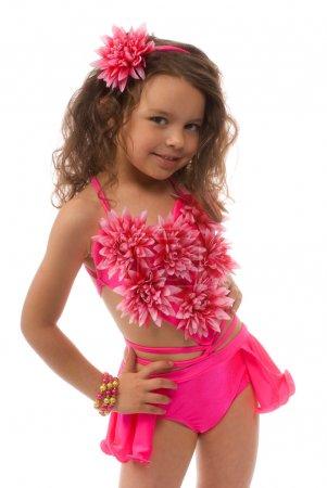 Photo pour Petite fille dans le maillot rose dans la fleur - image libre de droit