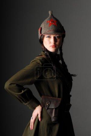 Photo pour Portrait d'une belle jeune fille en uniforme de l'armée rouge sur fond gris foncé - image libre de droit