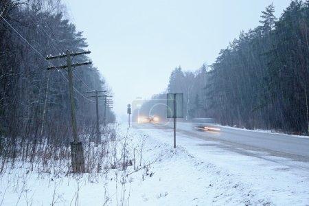 Photo pour Blizzard de neige dans la journée d'hiver - image libre de droit
