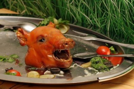 Photo pour La tête d'un cochon située sur un plateau - image libre de droit
