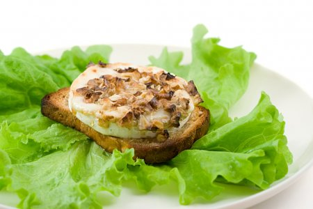 Green salad with goat cheese and toast